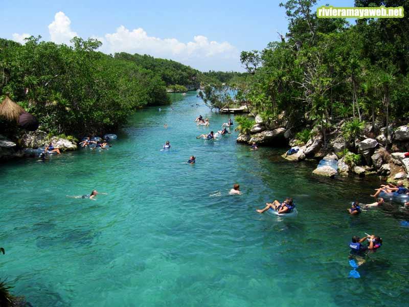 turistas disfrutando del río en Xel-ha